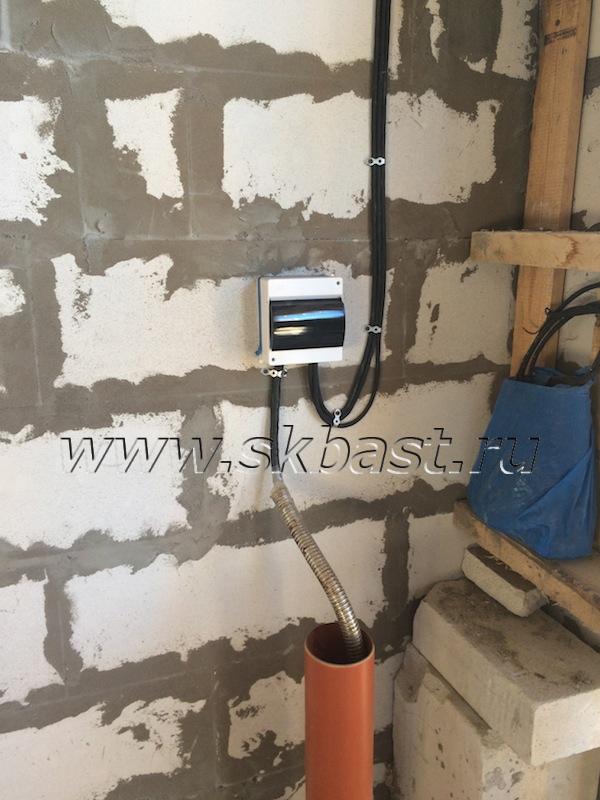 smontirovan-elektricheskiy-kabel-cherez-gilzu-v-fundamente