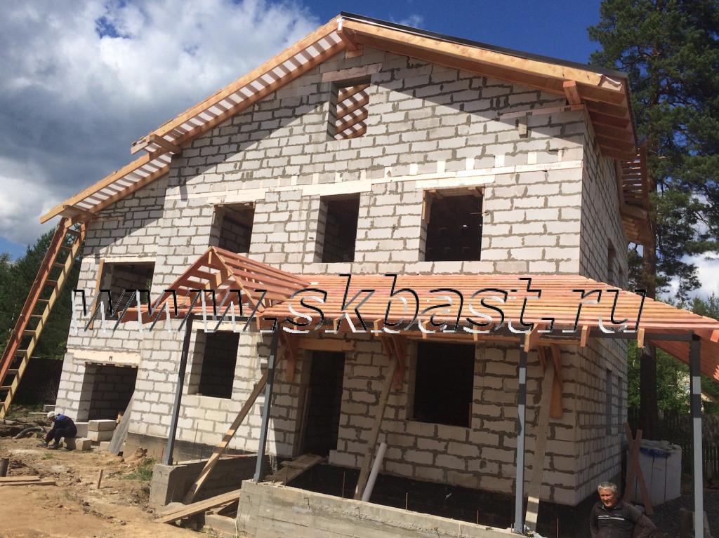 kryltso-s-verandoy-doma-po-proektu-50-82-1024×767