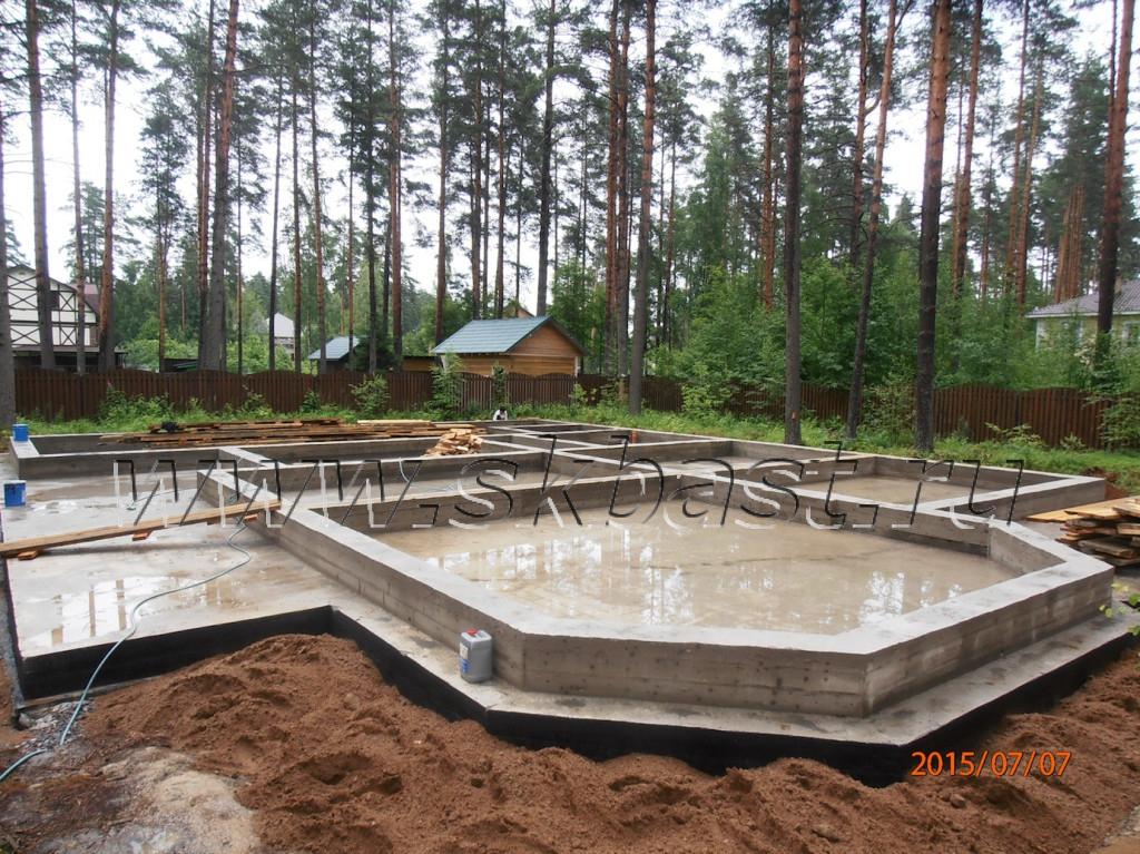smontirovan-fundament-doma-iz-gazobetona-po-individualnomu-proektu-ploschadiyu-475-m-kv-1024×767