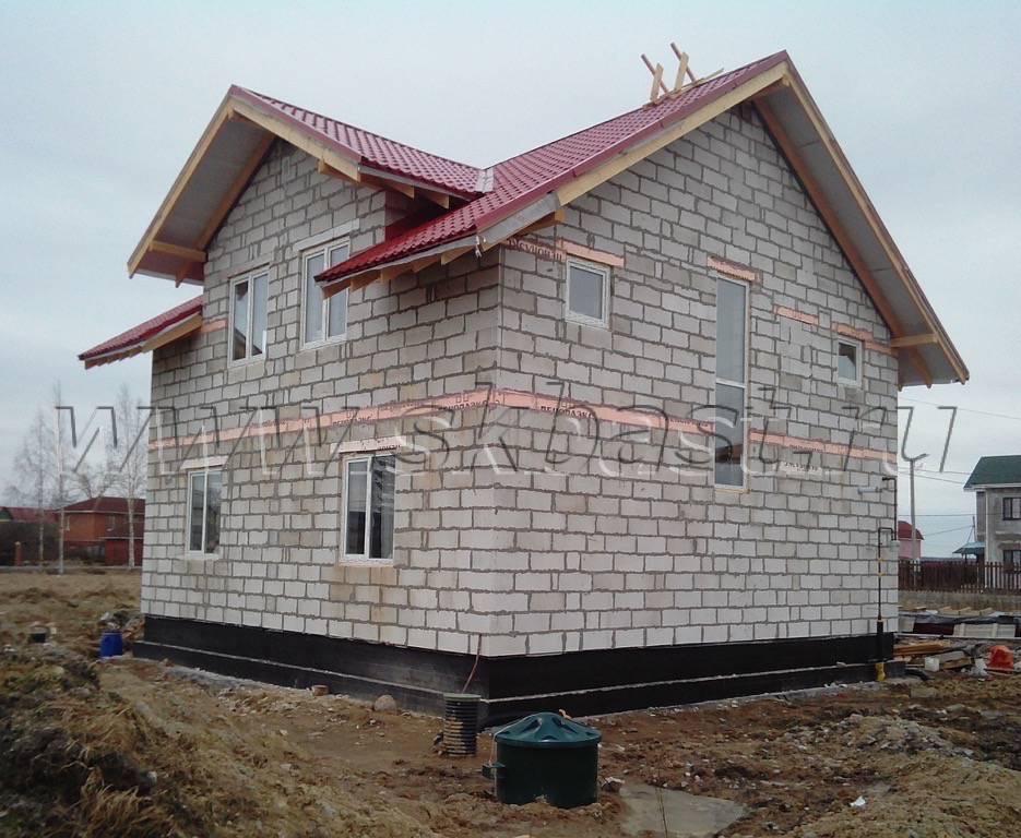 Заключительный этап в процессе монтажа кровли загородного дома по проекту 61-37